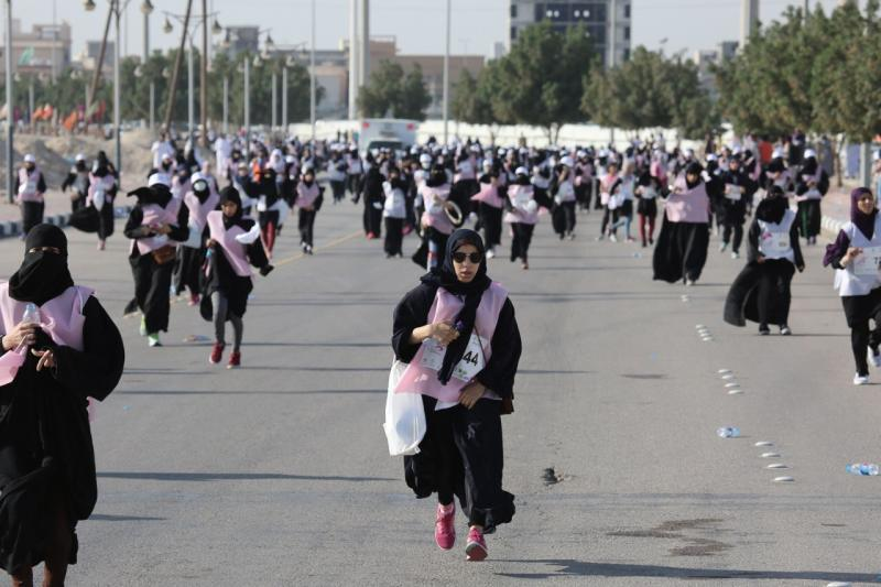 بالفيديو والصور.. فتيات سعوديات يشاركن بأول ماراثون نسائي