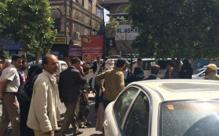 وقفة قرب منزل صالح في صنعاء