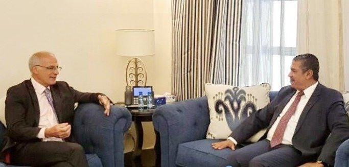 بعد لقاء المبعوث الأممي.. بحاح يلتقي سفير بريطانيا لدى اليمن ويشيد بدورها