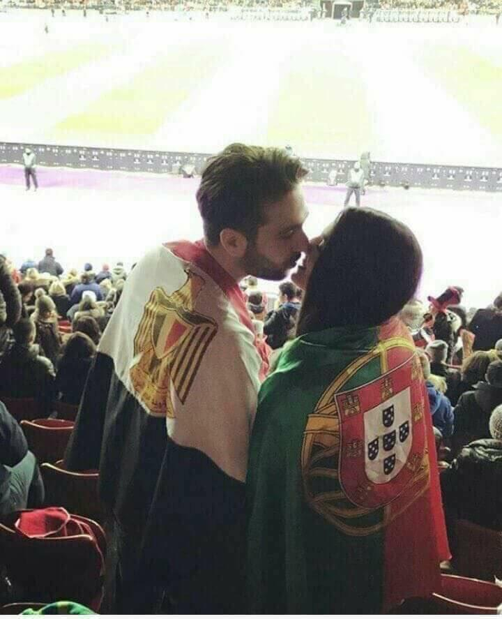 مشجع مصري يقبل برتغالية خلال مباراة الفراعنة والبرتغال