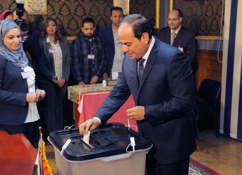 السيسي يصوت لاختياره رئيساً لمصر.. ومنافسه: أكثر الناخبين لا يعلمون بوجودي