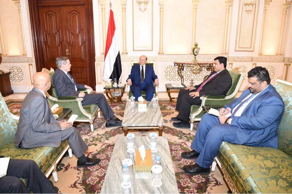 هادي يلتقي السفير الأمريكي ويشيد بجهود بلاده لتحقيق السلام في اليمن