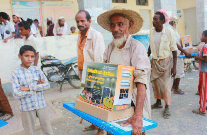 مساندة للتنمية توزع 2400 منظومة طاقة شمسية لفقراء ونازحين في 4 محافظات