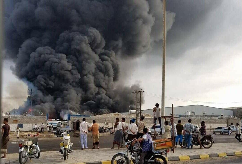 حريق هائل يلتهم مخازن برنامج الأغذية العالمي في الحديدة.. صور