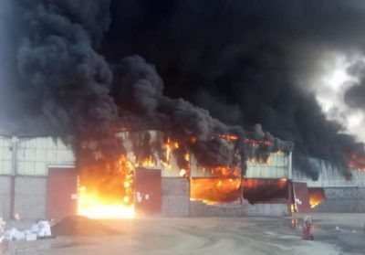 حريق هائل يلتهم مخازن برنامج الأغذية العالمي في الحديدة