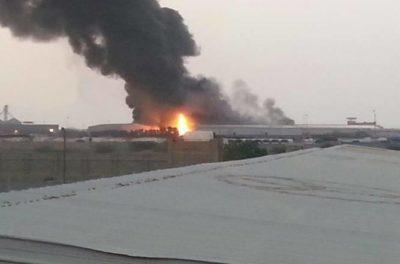 حريق هائل يلتهم مخازن برنامج الأغذية العالمي في الحديدة غرب اليمن