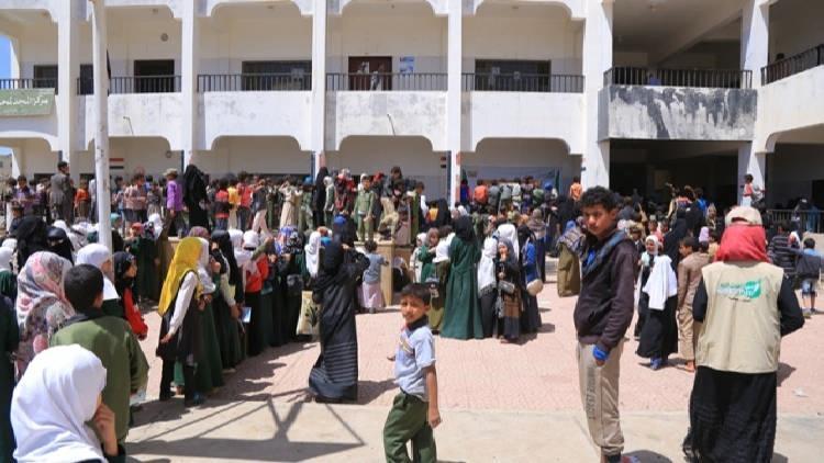 جمعية العون المباشر تسلم 6 آلاف طالب حقائب مدرسية في حزيز بصنعاء