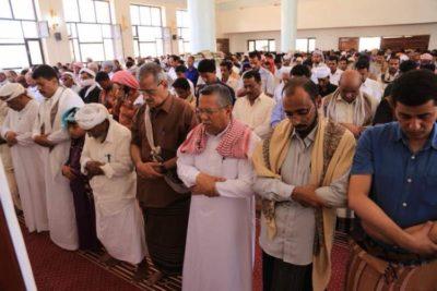 حكومة بن دغر في سقطرى تؤدي صلاة الجمعة