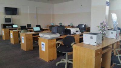 أجهزة الكترونية حواسيب طابعات في معمل حاسوب جامعة ذمار