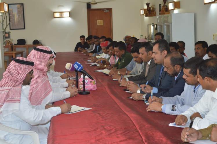 السفير السعودي يلتقي مسؤولي الإدارة المحلية في سقطرى