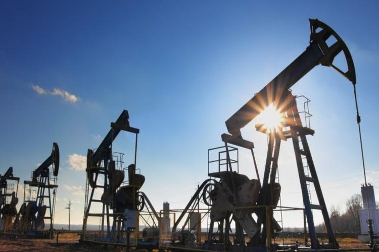 النفط ينخفض بفعل زيادة المخزونات الأمريكية