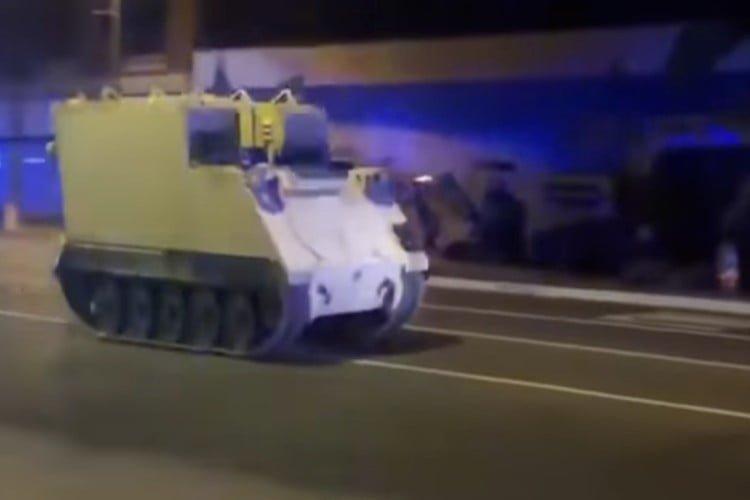 بالفيديو.. أميركي يسرق حاملة جنود ويجوب بها الشوارع