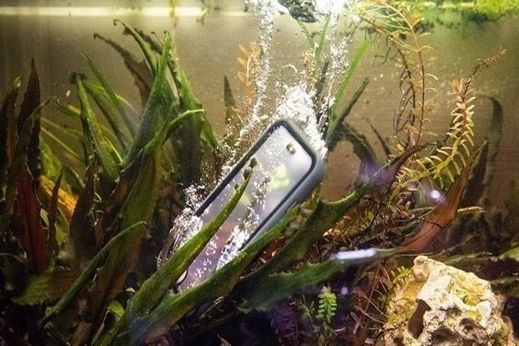 تعرف على مزايا الهواتف والحواسيب المقاومة للماء