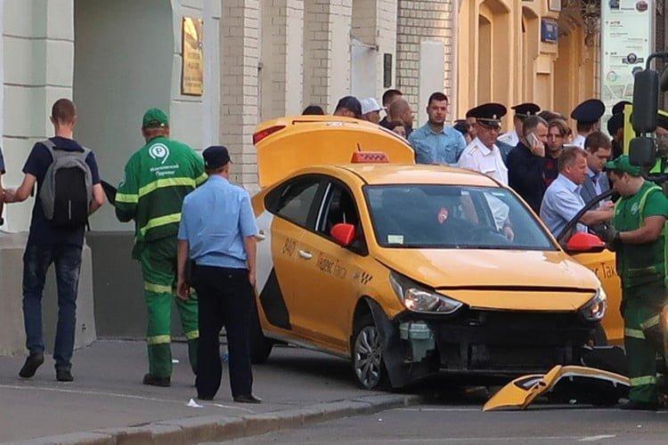 سيارة تصدم حشدا في موسكو بينهم مشجعون لكرة القدم.. فيديو