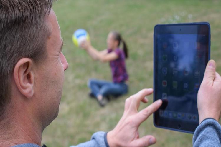 انشغال الآباء بالهواتف يؤثر سلباً على الأطفال