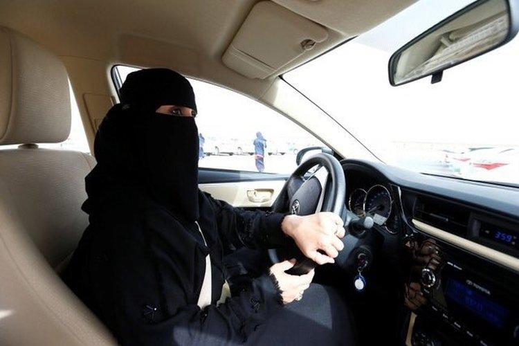 بالفيديو.. حقيقة أول حادث مروري لامرأة سعودية تقود سيارة