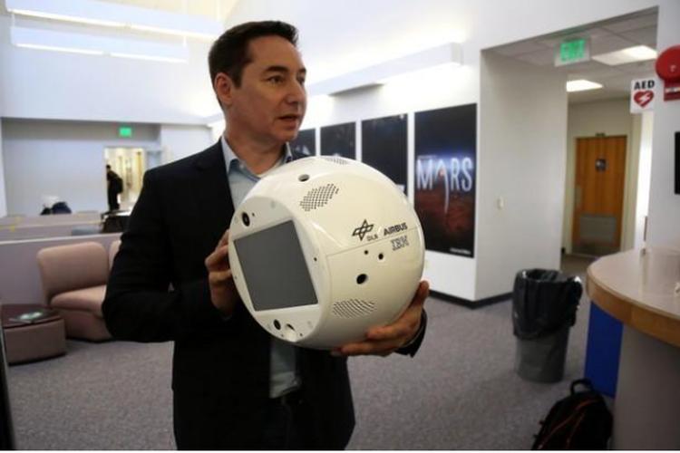إطلاق إنسان آلي لمساعدة رواد الفضاء.
