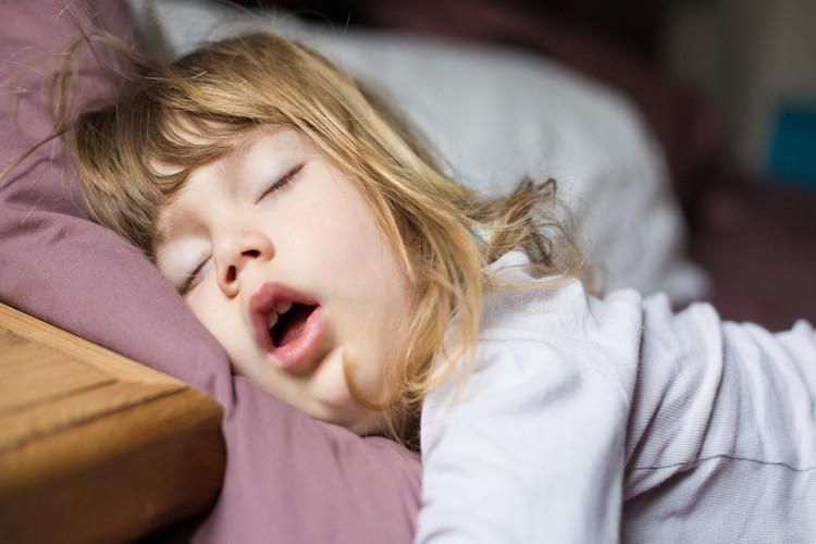 دراسة: التدخين السلبي يسبب شخير الأطفال