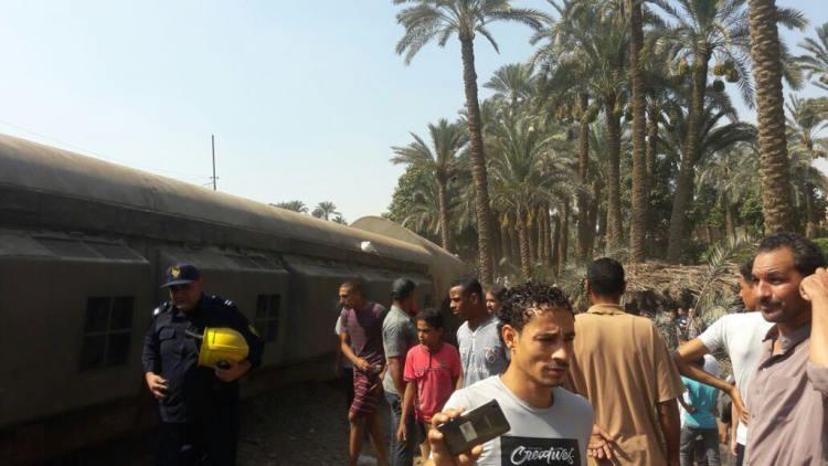 بالفيديو.. إصابة العشرات جراء خروج قطار عن مساره في مصر