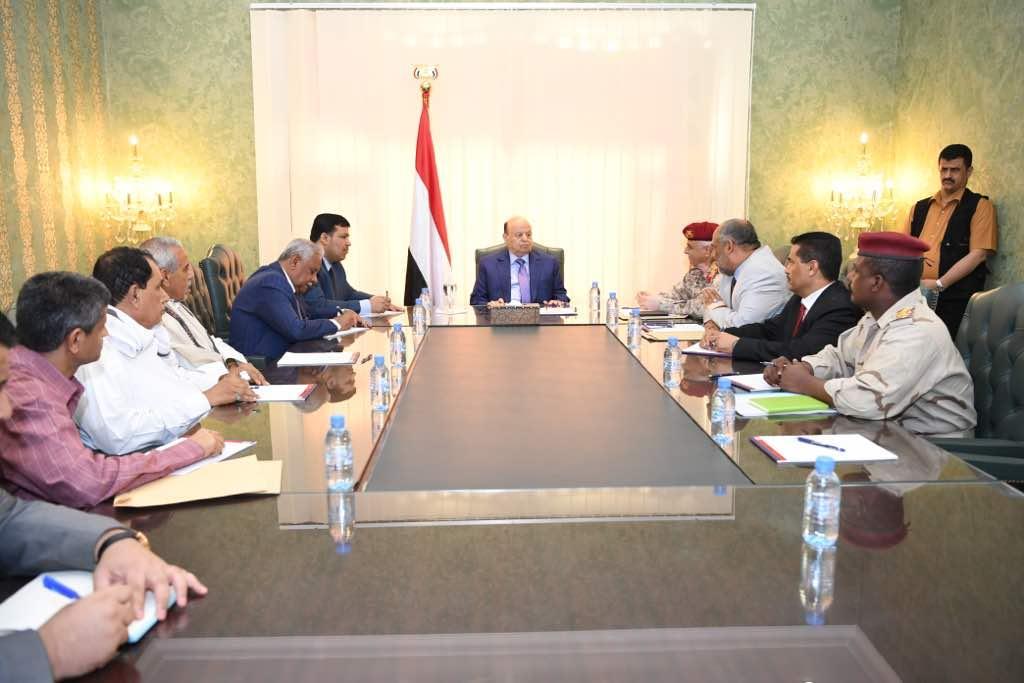 هادي يلتقي قيادات ومسؤولي حضرموت الوادي والصحراء ويعتمد مليار ريال لمشاريع عاجلة