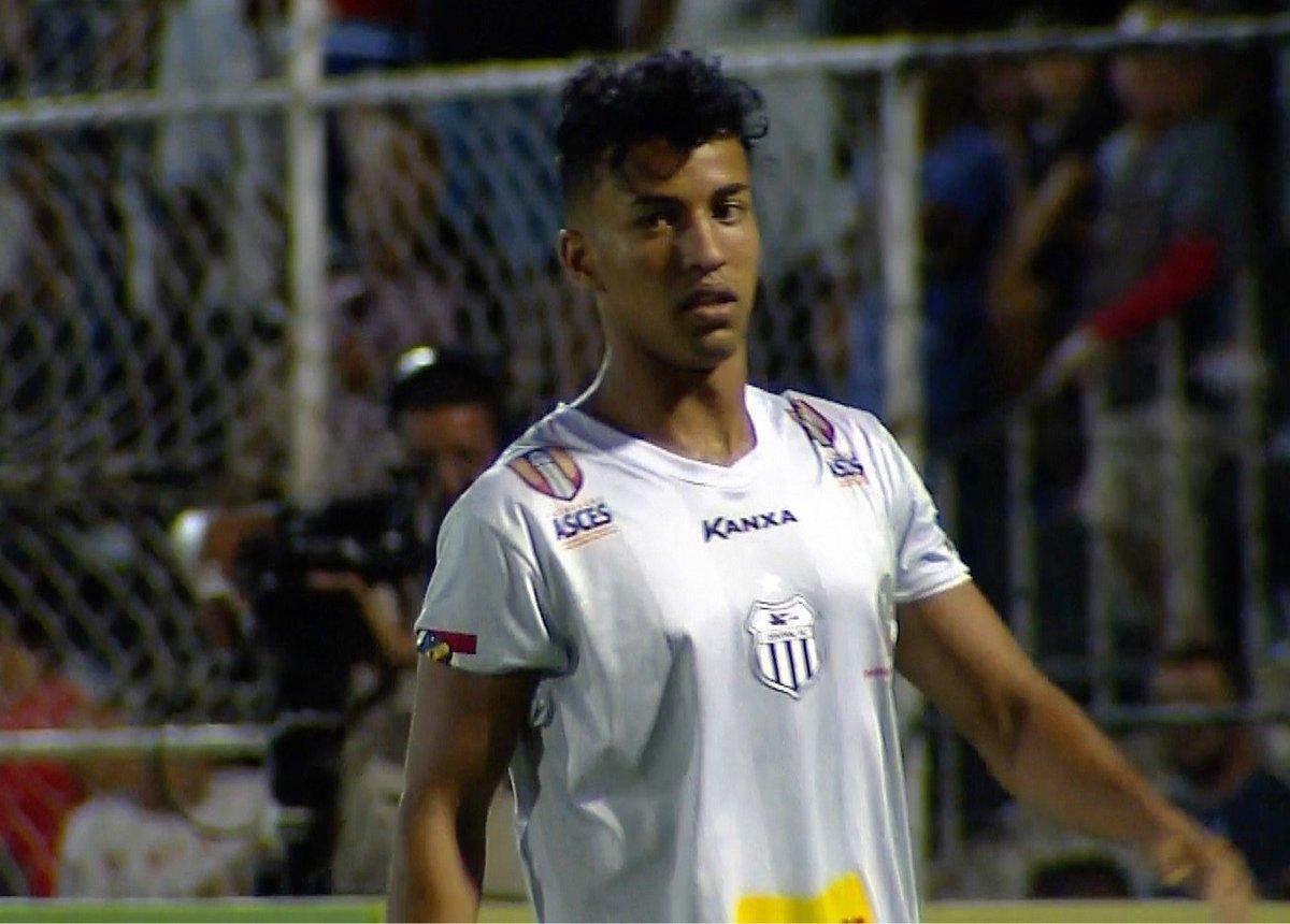 نجم الكرة الدولي اللاعب اليمني أحمد السروري