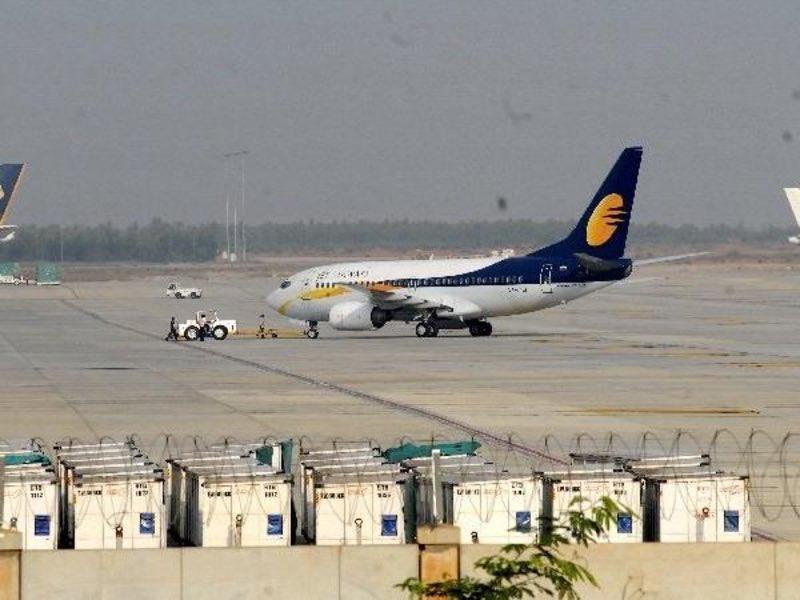 بالفيديو.. اشتعال النيران في طائرة هندية تقل 151 راكباً خلال هبوطها في السعودية