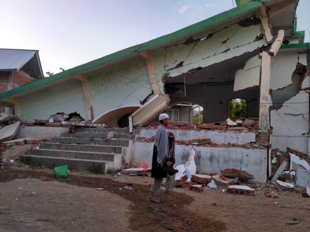 شاهد فيديو.. إمام مسجد يواصل الصلاة لحظة وقوع زلزال في أندونيسيا