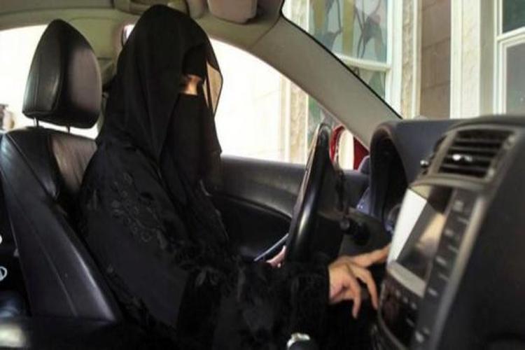 السعودية: فتاة تسرق سيارة أمام أحد المتاجر في الدمام.. فيديو