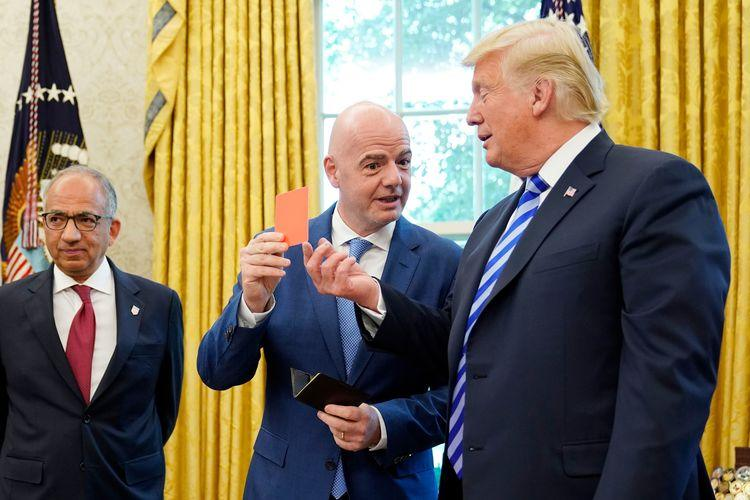 رئيس الفيفا يهدي ترامب بطاقة حمراء.. فيديو