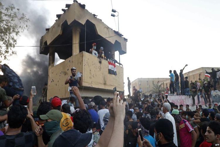 العراق: متظاهرون يحرقون مبنى القنصلية الإيرانية في البصرة.. فيديو