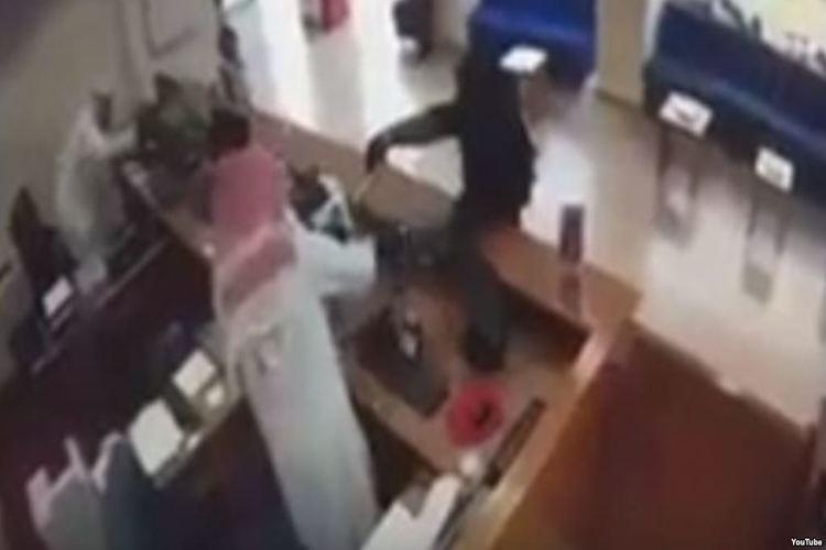 امرأة منقبة تسطو على بنك في الكويت.. فيديو