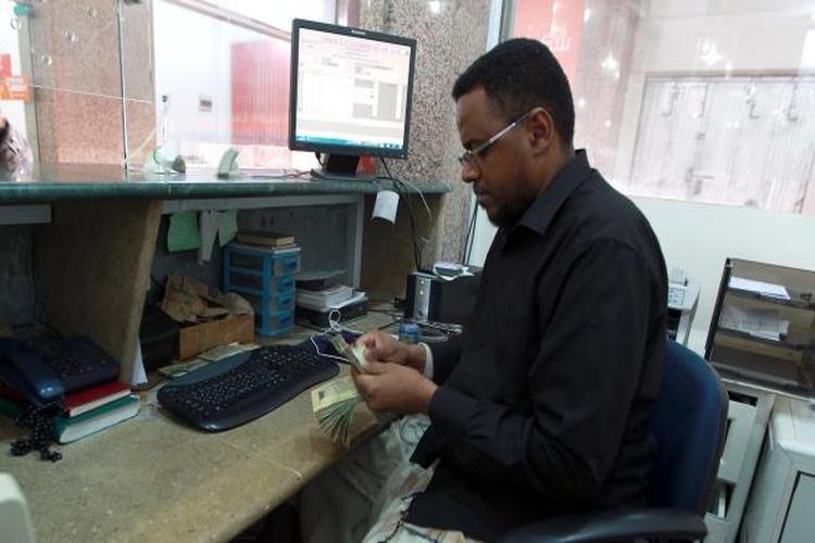 إضراب شامل للصرافين في عدن احتجاجا على انهيار الريال