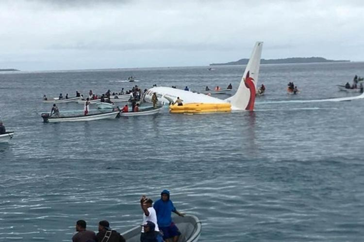 سقوط طائرة في بحيرة بدولة ميكرونيزيا.. فيديو
