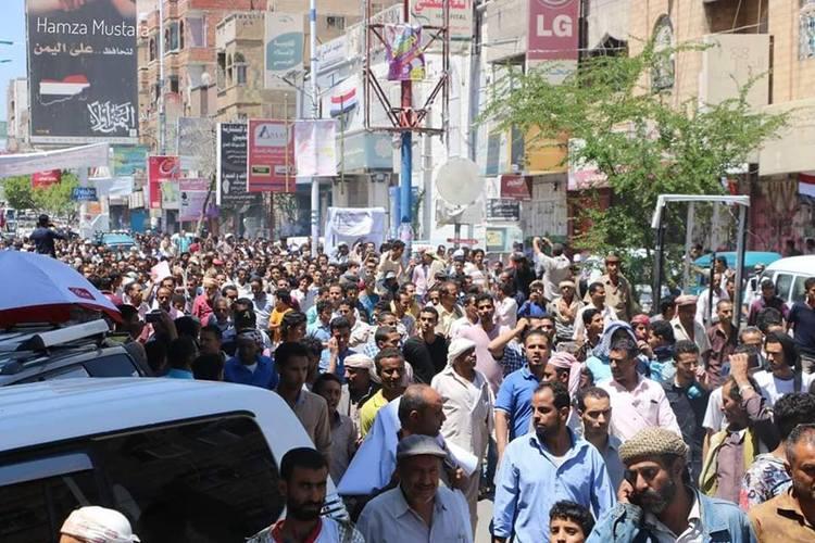 تظاهرة في تعز تندد بانهيار الريال اليمني و8 مقترحات من تحالف القوى السياسية