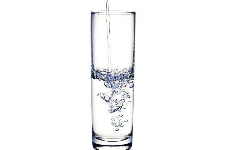 دراسة أمريكية: شرب ماء إضافي يومياً يقي النساء من التهابات المثانة