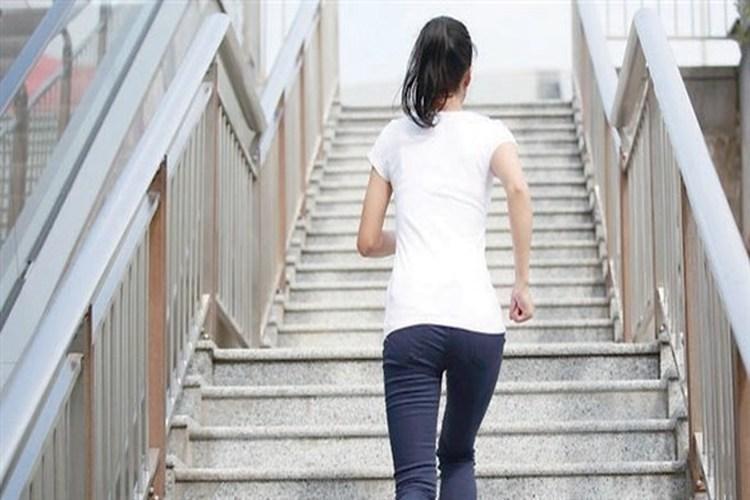 صعود الدرج يقي من هشاشة العظام مع التقدم في العمر