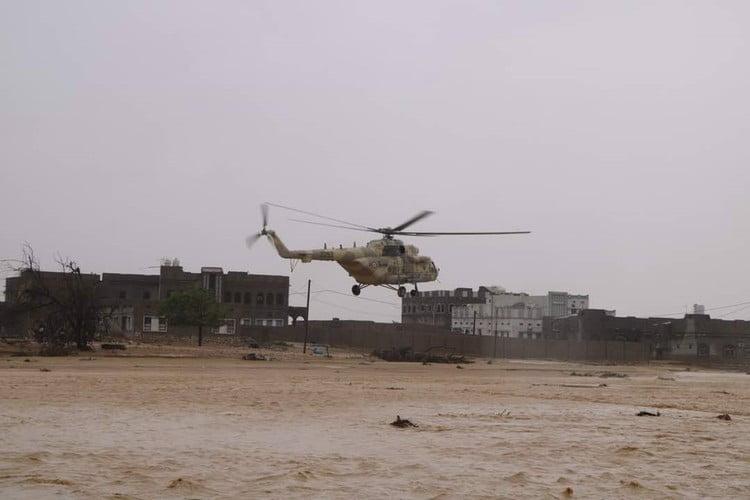 مروحيات الجيش اليمني تجلي الأسر العالقة في المهرة