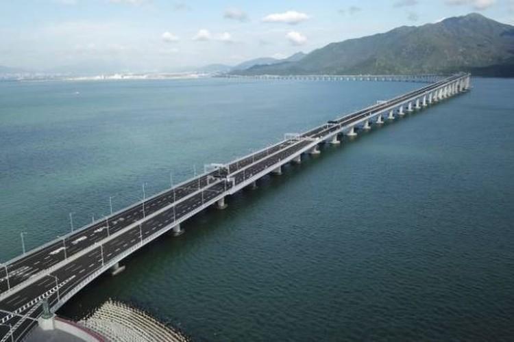 الصين تفتتح أطول جسر بحري في العالم.. فيديو وصور