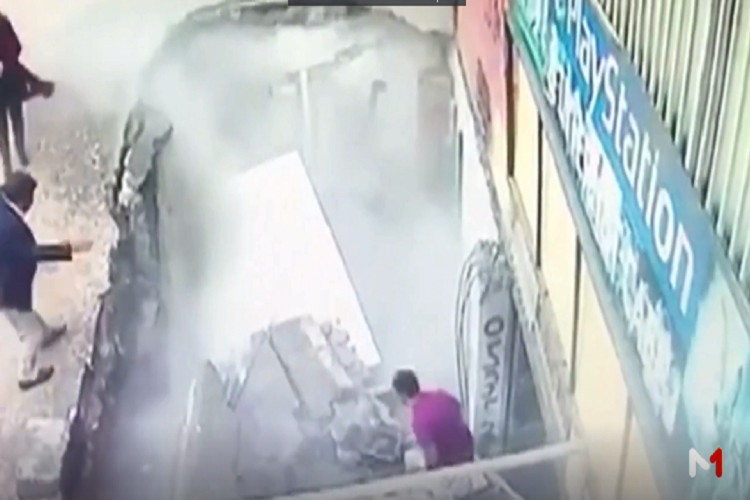 بالفيديو.. الأرض تنشق وتبتلع سيدتين في تركيا