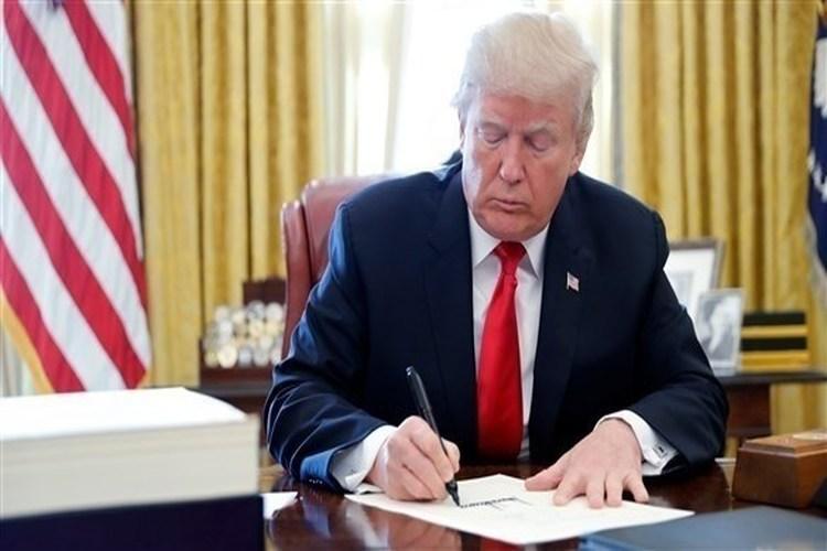 الرئيس الأمريكي ترامب يوقع مرسوماً يحرم المهاجرين من حق اللجوء