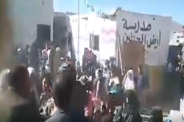 بالفيديو.. انهيار سقف فصل مدرسي جنوب صنعاء وإصابة 9 طالبات