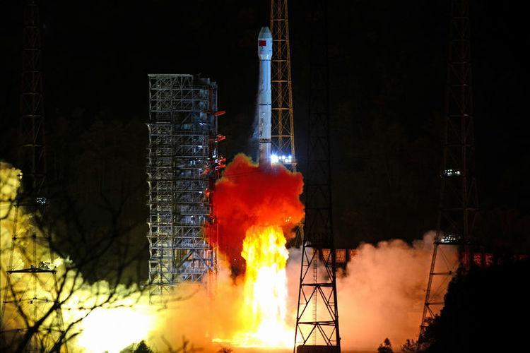 الصين تطلق أول مسبار للهبوط على الجانب المعتم من القمر