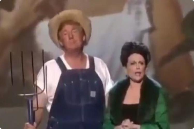 شاهد بالفيديو.. الرئيس الأمريكي ترمب يغني ويرقص بملابس المزارعين