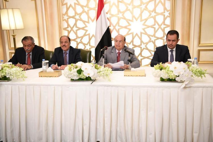 الرئيس هادي مع الفريق علي محسن ورئيس الوزراء معين عبد الملك