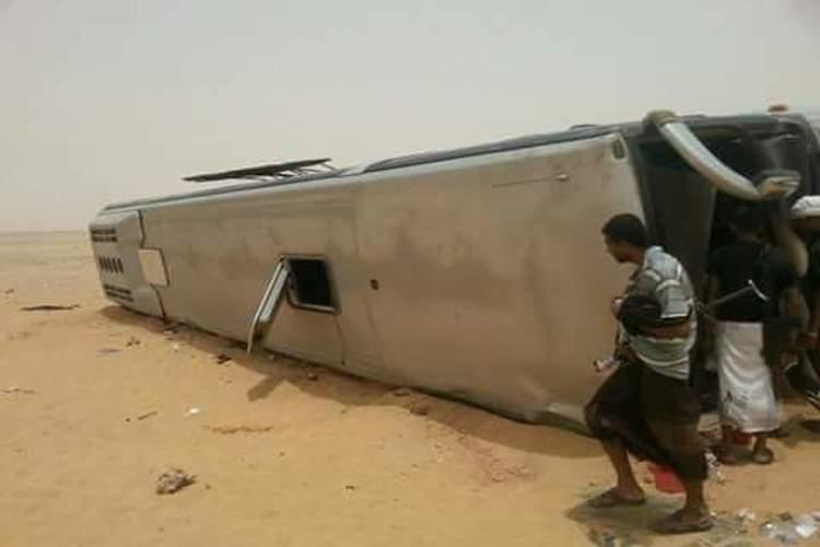 وفاة ستة أشخاص وإصابة 35 آخرين في حادث مروري بطريق مأرب – العبر