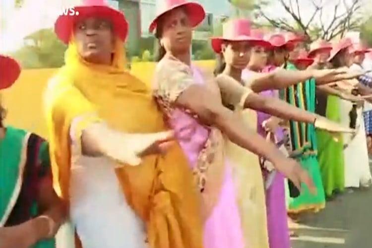 قرابة 5 ملايين امرأة ينظمن سلسلة بشرية في الهند.. فيديو