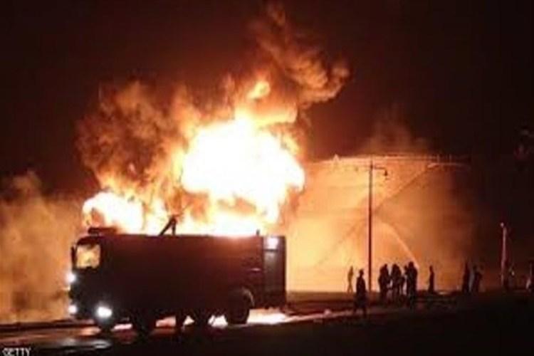 عربة إطفاء في موقع اندلاع الحريق مصافي عدن