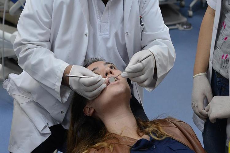 دراسة أمريكية: خيط الأسنان قد يسبب مشاكل صحية خطيرة