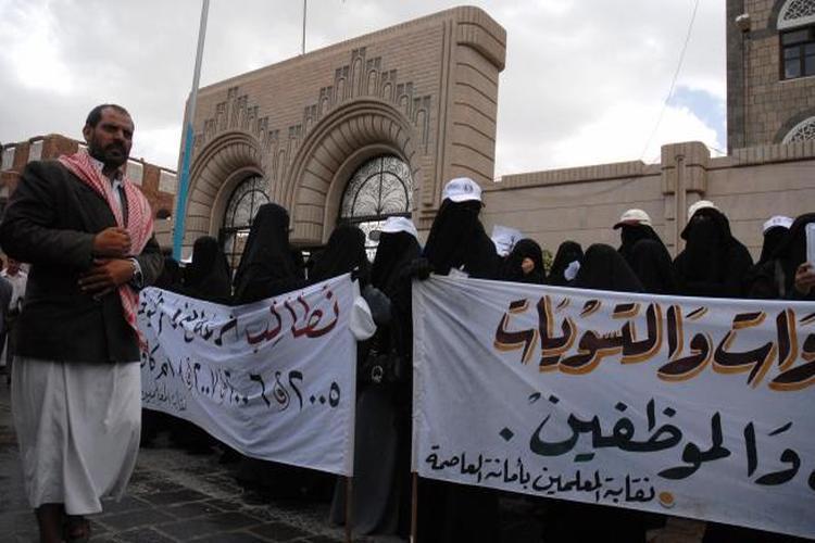 بالأرقام: 41 راتباً شهرياً لم يتسلمه الموظفون بمناطق سيطرة الحوثيين