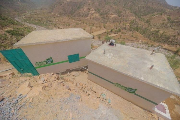 العون المباشر توفر مياه الشرب لـ13 ألف نسمة بعزلة الحواصلة في المحويت
